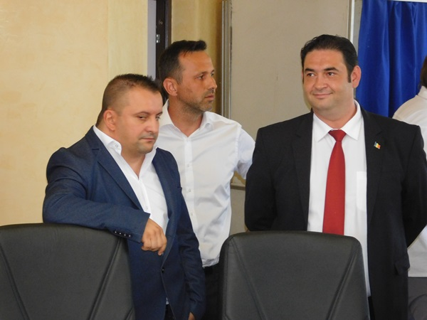 Primarul Emil Moţ şi cei doi viceprimari, Claudiu Stăncioiu şi Gigi Vîlceleanu, înainte de învestirea în funcţii