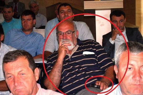 Primarul comunei Obîrşia, Tudor Udrea, în sala de şedinţe a Consiliului Judeţean Olt cu telefonul în mână: nu l-a percheziţionat nimeni la intrare!